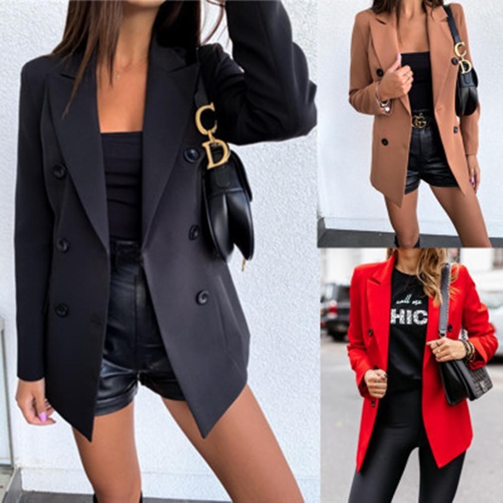mujer con abrigo y shorts