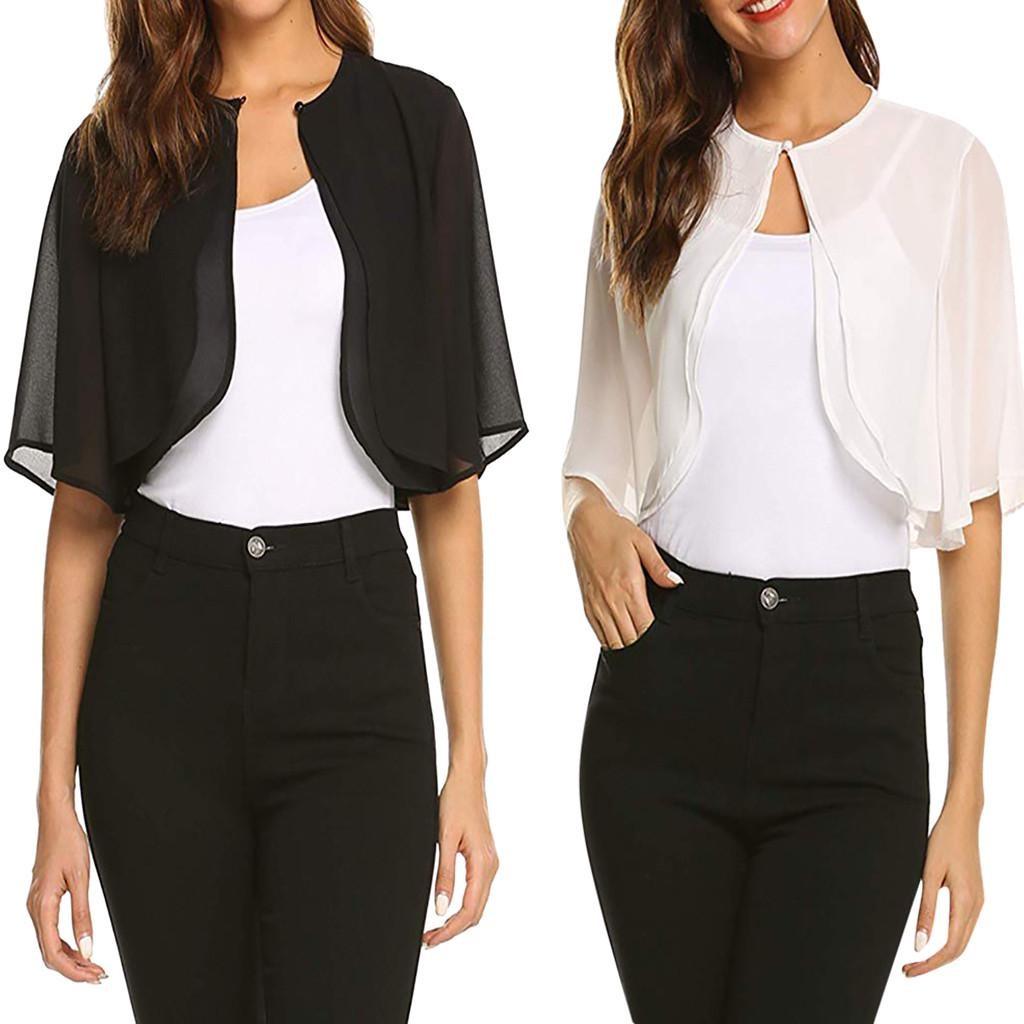 mujer con bolero negro y blanco