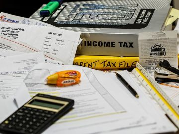 calculadora y papeles en la mesa