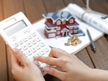 calculadora y miniatura de casa