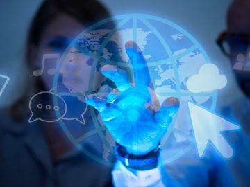 empresarios mirando un holograma de internet