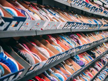 estanteria de zapatos deportivos