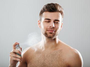 hombre perfumándose
