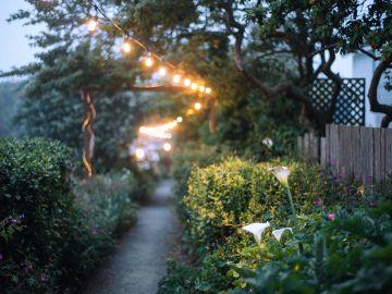 jardín con lámparas solares