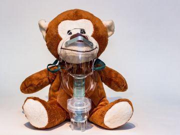 mono de juguete con nebulizador infantil