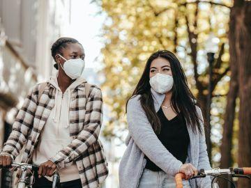 dos muchachas usando mascarilla