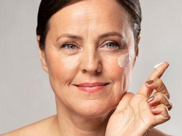 mujer adulta con crema en el rostro