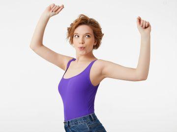 mujer con los brazos arribas