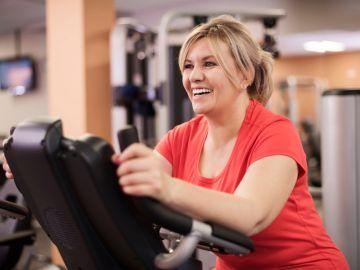mujer haciendo ejercicio en elíptica