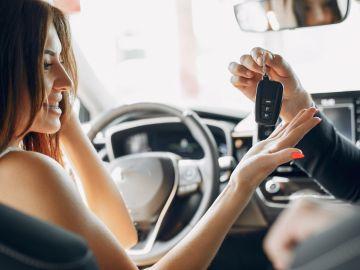 mujer recibiendo las llaves de su carro