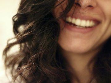 mujer sonriendo cabello oscuro
