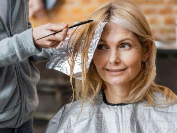 mujer tiñendo su cabello