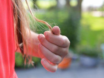 las puntas del cabello de una mujer