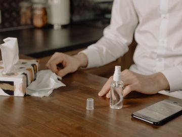 Desinfecta tu teléfono móvil con los mejores productos. Foto de Pexels