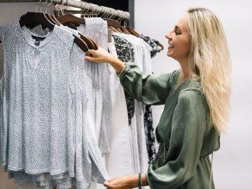 Mujer escogiendo ropa