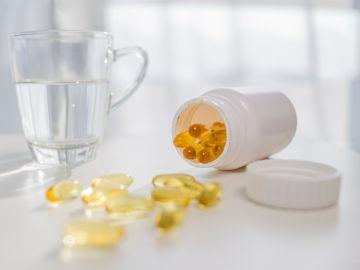 cápsulas amarillas sobre la mesa