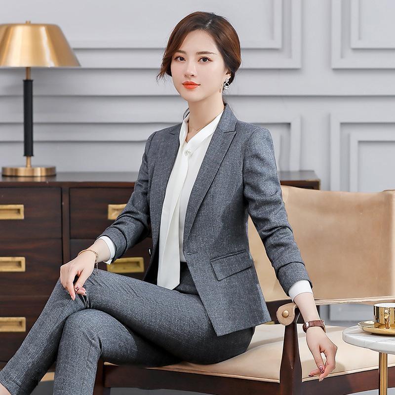 mujer sentada con traje formal