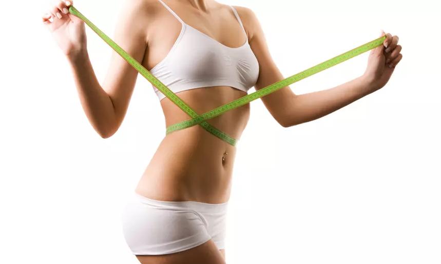 mujer con cinta metrica alrededor de su cintura
