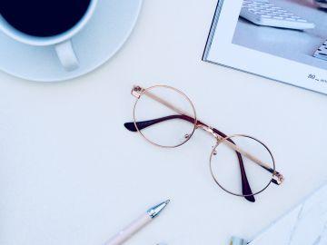 lentes encima de escritorio