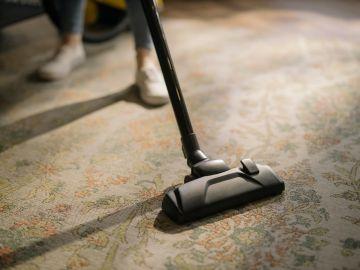 aspiradora sobre la alfombra