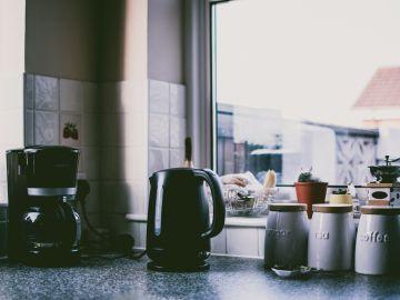Cocina con cafeteras negras
