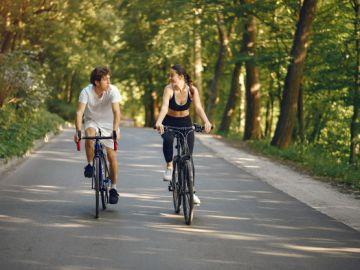 dos ciclistas en el parque