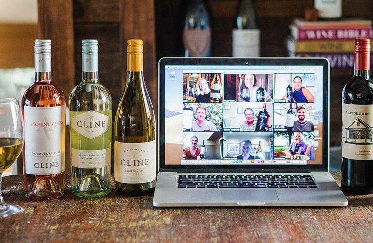 botellas de vino y computadora