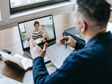 hombre dando clases por videollamada