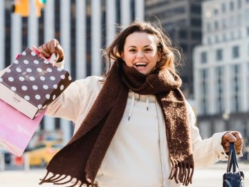 mujer feliz con compras