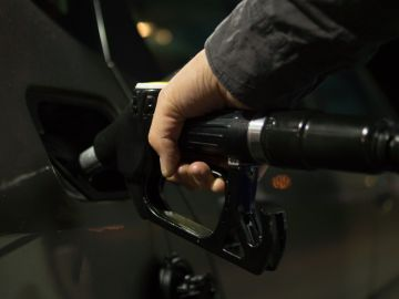 Persona recargando combustible