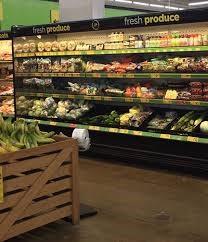 sección de frutas y verduras supermercado