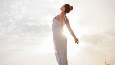 mujer en saludo al sol