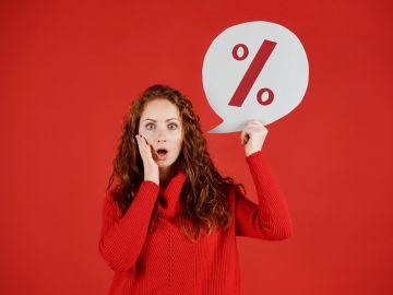 mujer vestida de rojo con letrero de descuento