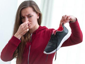 Mujer con zapato con mal olor