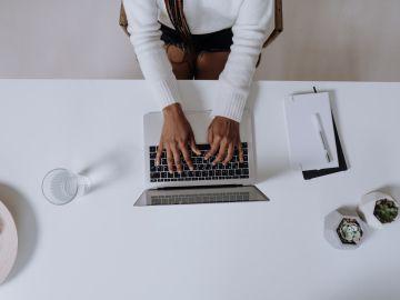 mujer controlando desde la computadora