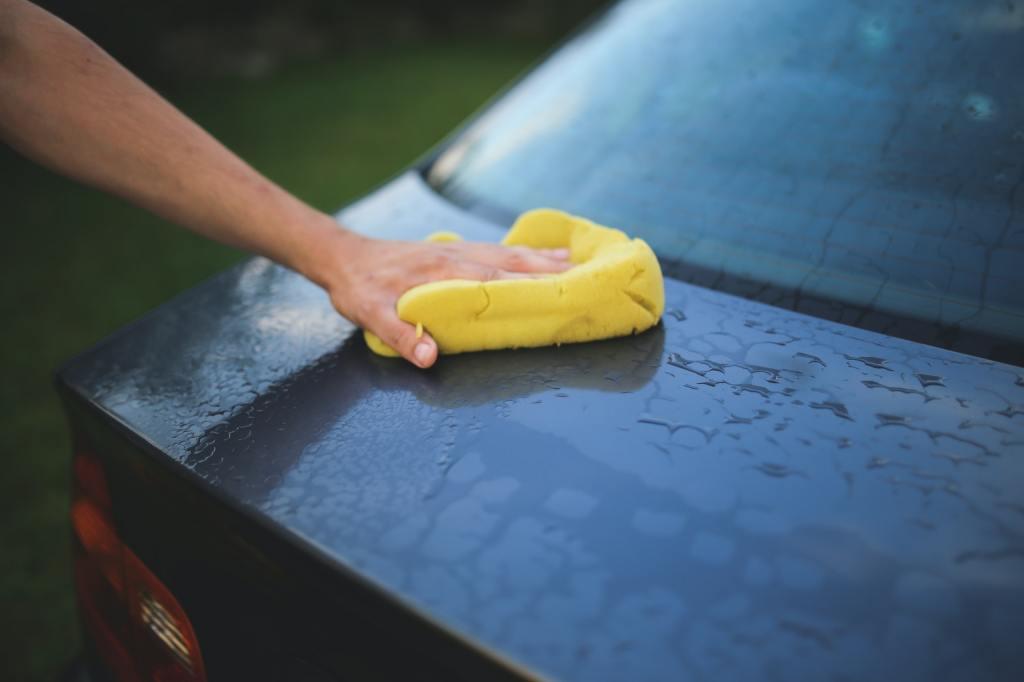 limpieza del auto con esponja