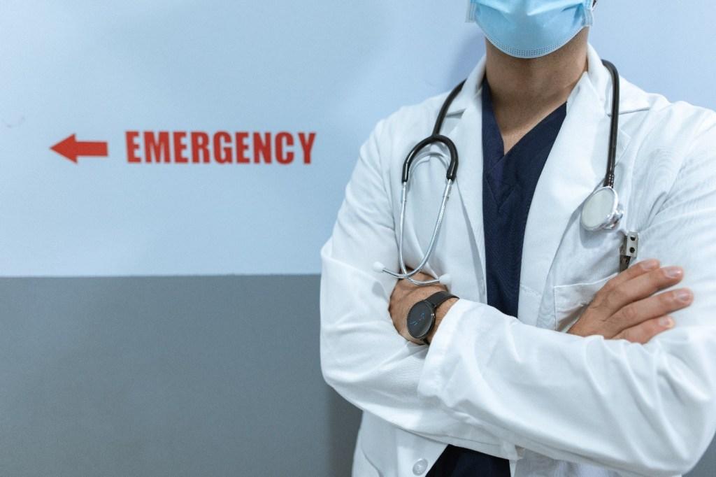 doctor con brazos cruzados en emergencia