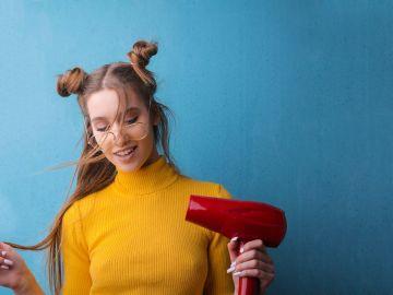 mujer con secador de cabello rojo