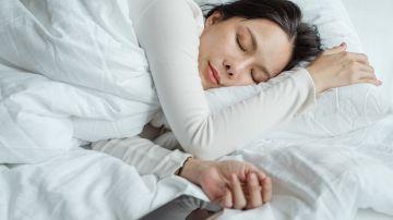 mujer durmiendo en cama