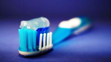 cepillo dental con crema