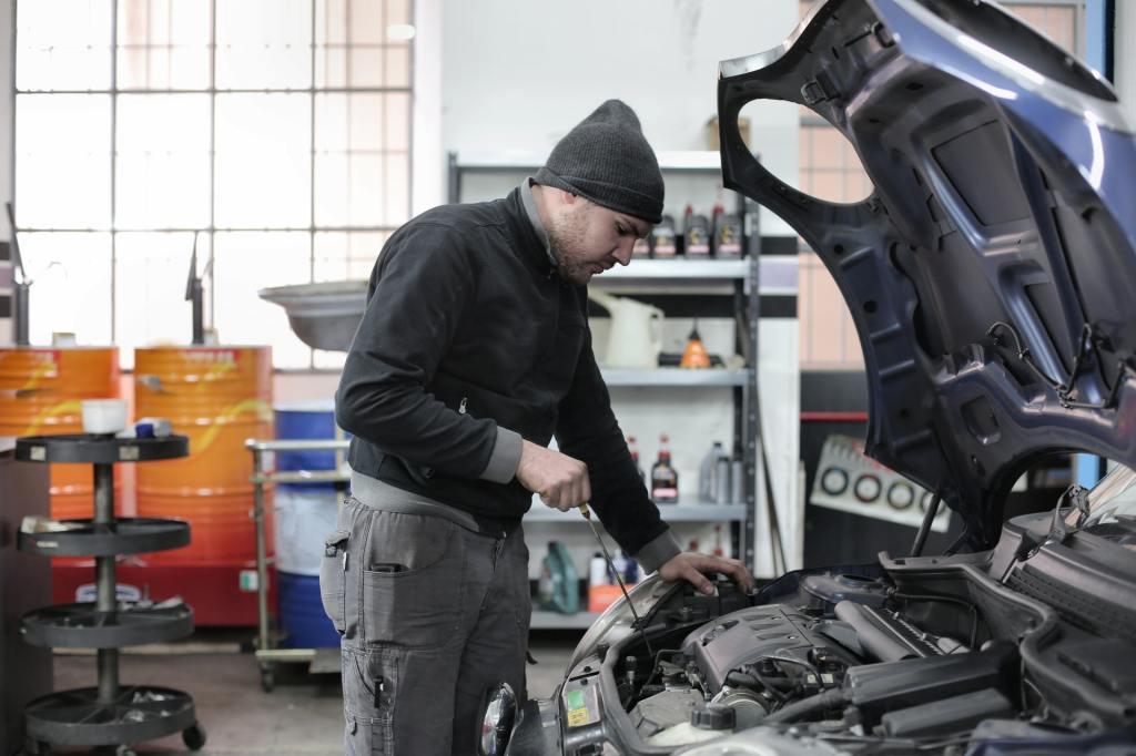hombre revisando los fluidos del auto