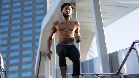 hombre sin camisa bajando escaleras