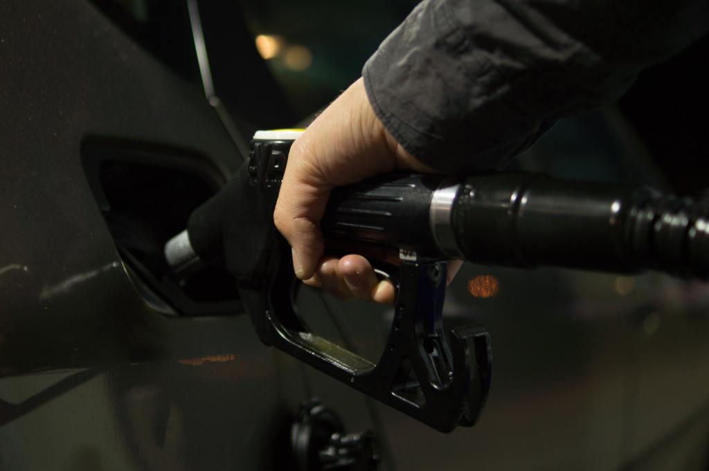 manguera de gasolina en el tanque del auto