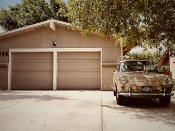 garaje con un auto afuera