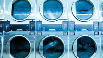 lavadoras apiladas en lavanderia