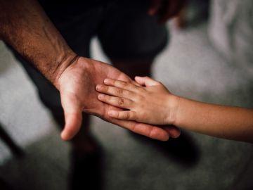 manos de padre e hijo