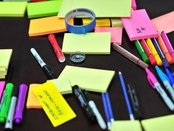 marcadores y post it en la mesa