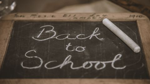pizarra con mensaje back to school