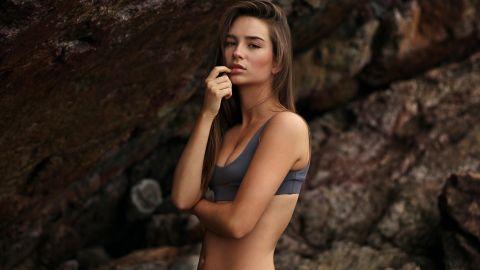 modelo con bikini gris