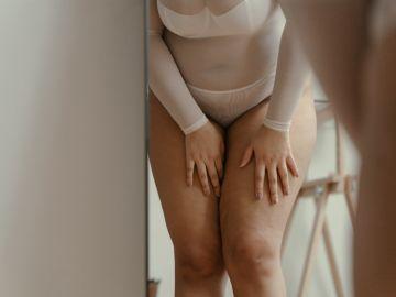 mujer cubriendo sus piernas